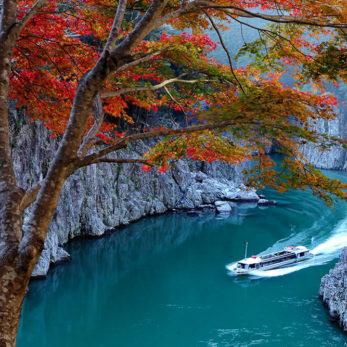瀞峡とジェット船と秋の紅葉
