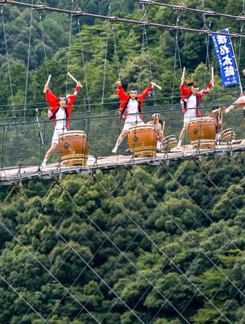 十津川村 谷瀬の吊り橋で揺れ太鼓