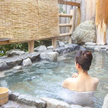 十津川村 温泉につかる女性